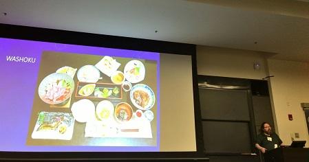 写真・図版 : 和食を紹介するテオドル・ベスター教授