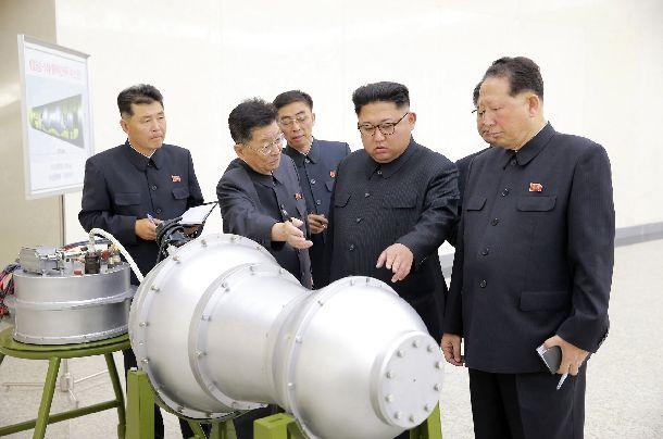 核の兵器化事業を指導する金正恩朝鮮労働党委員長(右から2人目)。日時は不明=朝鮮通信