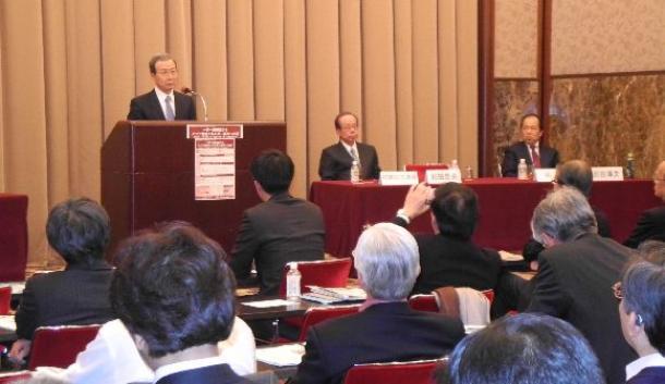 「一帯一路日本研究センター」の設立を宣言した日中国交正常化45周年記念国際シンポジウムであいさつする程永華・駐日中国大使。その右は福田康夫・元首相=日本プレスセンター