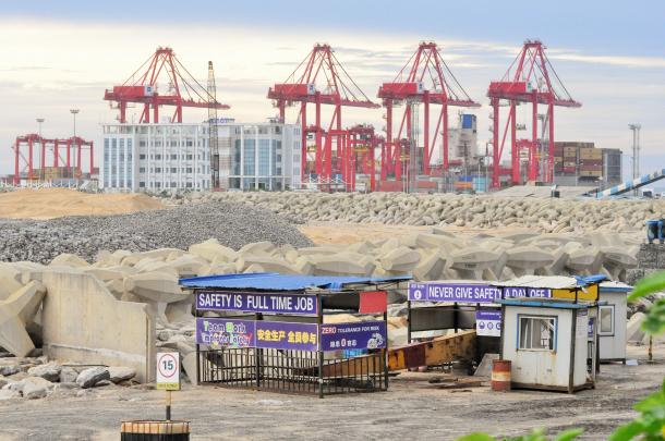 写真・図版 : 中国企業が埋め立てを進めるスリランカ・コロンボ港のポートシティー建設現場。14億ドルの総工費は中国が融資している=コロンボ市内