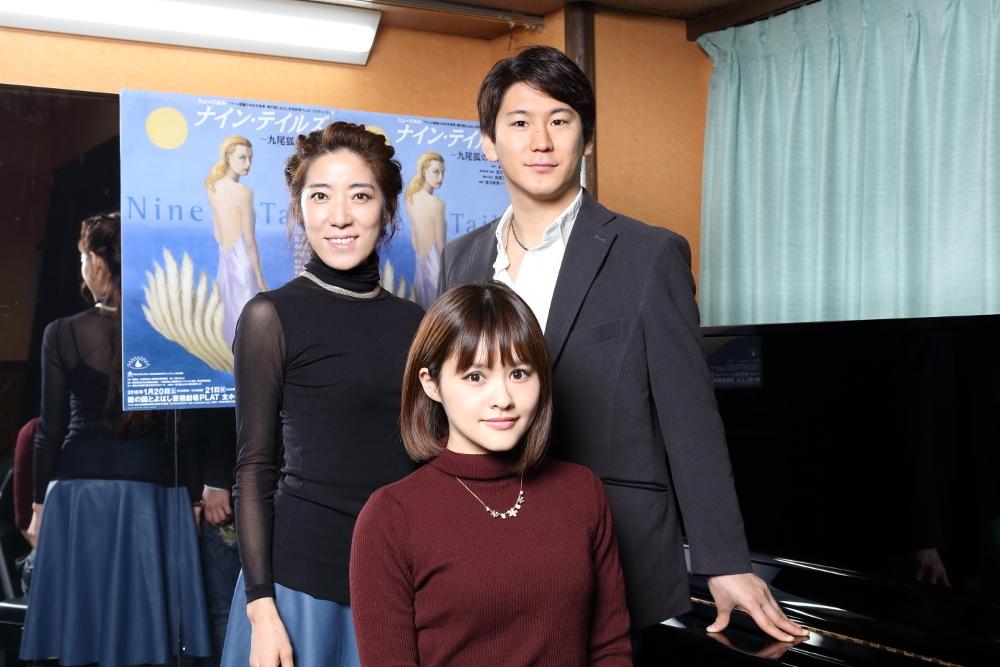 写真・図版 : 左から、JKim、昆夏美、小野田龍之介=伊藤華織撮影