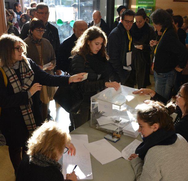 スペイン北東部カタルーニャ自治州の州議会選で投票する人たち=2017年12月21日、バルセロナ
