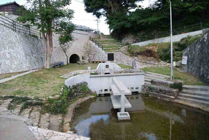写真・図版 : 沖永良部島知名町の集落に維持された湧水池「ジッキョヌホー」