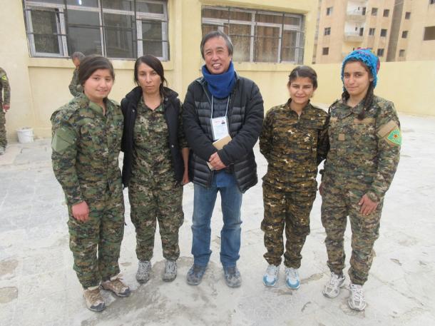 写真・図版 : YPJ(クルド女性防衛部隊)の女性兵士と筆者