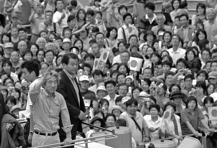 写真・図版 : 「郵政選挙」の応援演説で、聴衆からの声援に手を振ってこたえる小泉純一郎首相(当時)=2005年8月30日、神奈川県相模原市