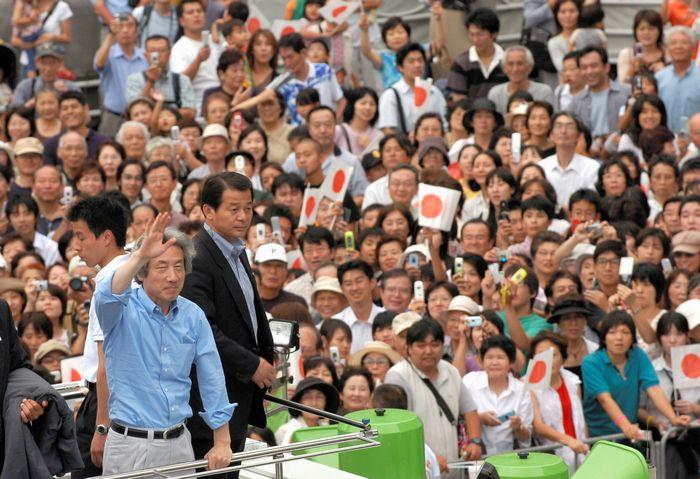 写真・図版 : 郵政選挙」の応援演説で、聴衆からの声援に手を振ってこたえる小泉純一郎首相(当時)=2005年8月30日、神奈川県相模原市