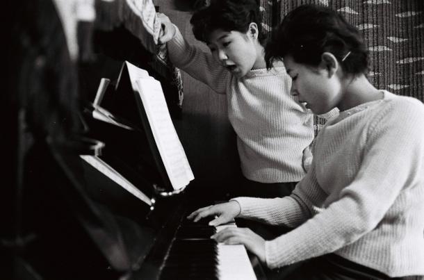 写真・図版 : 宮川泰氏の下、レッスンを受ける=1959年