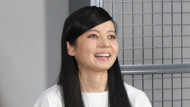写真・図版 : 報道陣の取材に答えるベッキー=2016年6月10日、東京都内