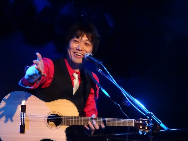 写真・図版 : ライブハウス「都雅都雅」でのワンマンライブが10周年となった安田仁さん=2017年9月25日、京都市下京区