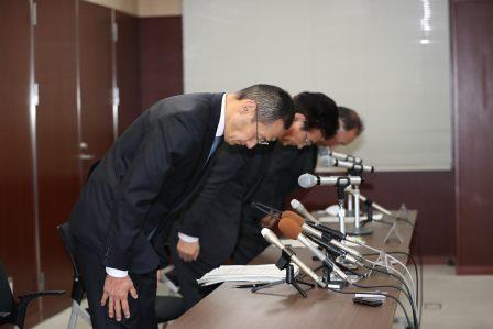 写真・図版 : 京都大学で会見した山中伸弥生・iPS細胞研究所長ら