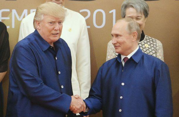 米国のトランプ大統領(左)とロシアのプーチン大統領=2017年11月10日、ベトナム・ダナン