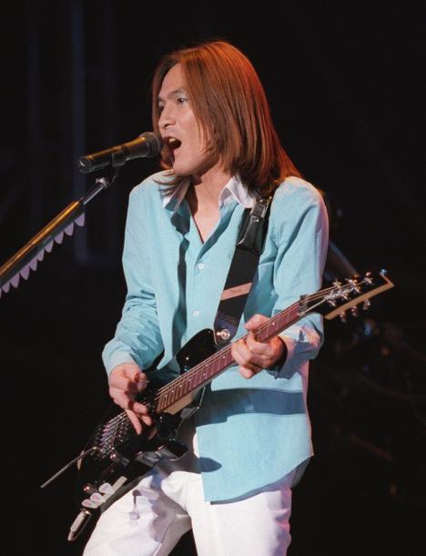 「グローブ」のコンサートで演奏する小室哲哉さん=3月、東京ドームで 1997年