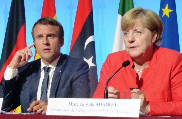 難民問題での会議を終えて記者会見にのぞんだ仏マクロン大統領(左)と独メルケル首相=2017年8月28日、パリ