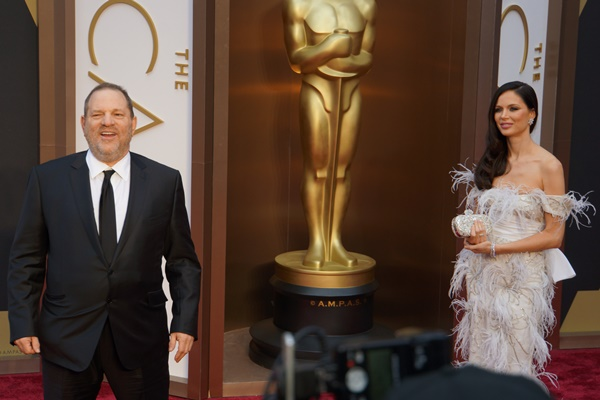 セクハラを告発されたハーベイ・ワインスタイン氏(左)はハリウッドで権勢をふるっていた当時、アカデミー賞の授賞式に妻とともに現れていた=2014年3月2日、米ロサンゼルス