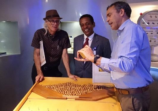 写真・図版 : オープンした数学博物館の館員たち