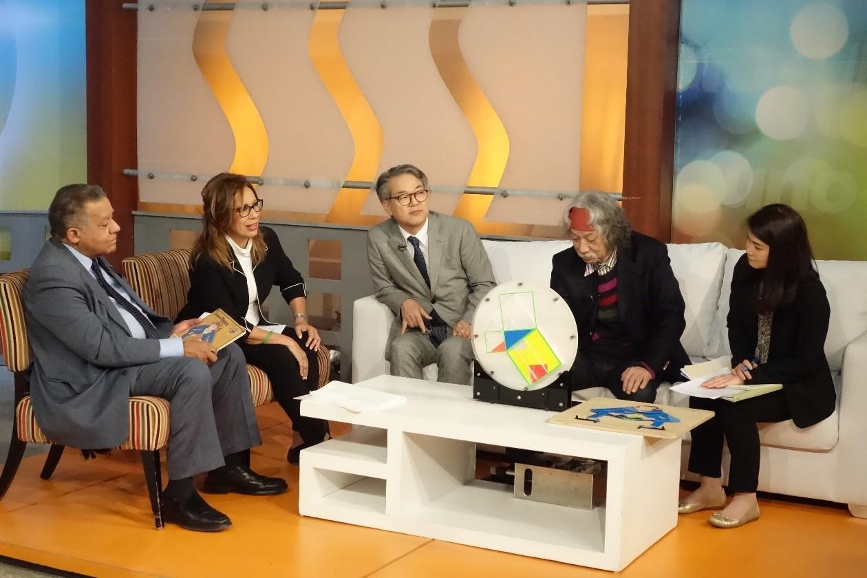 写真・図版 : テレビ「UNO+UNO」に生出演する牧内大使(中央)と秋山さん=11月28日