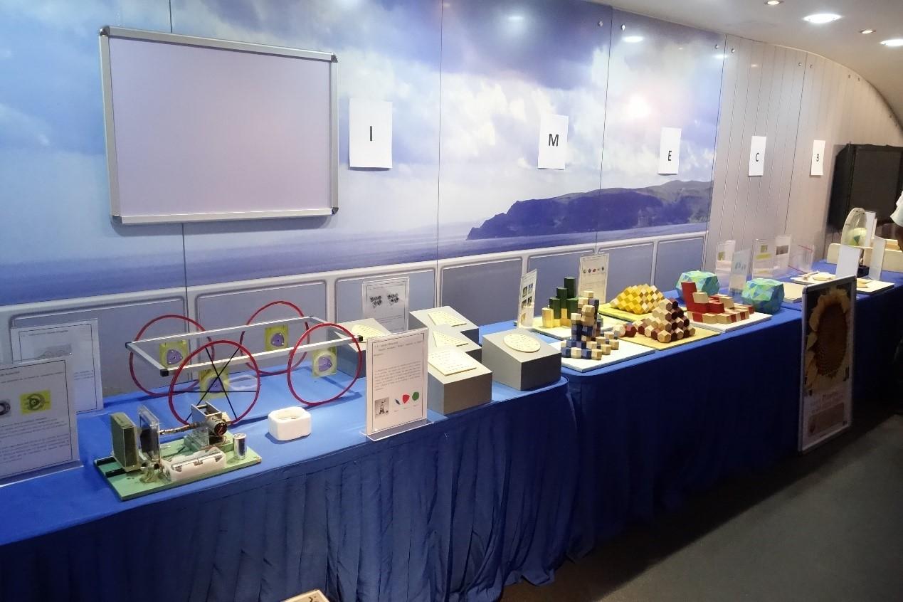 写真・図版 : 数学博物館に展示された作品。東京でつくり、船便で運んだ。