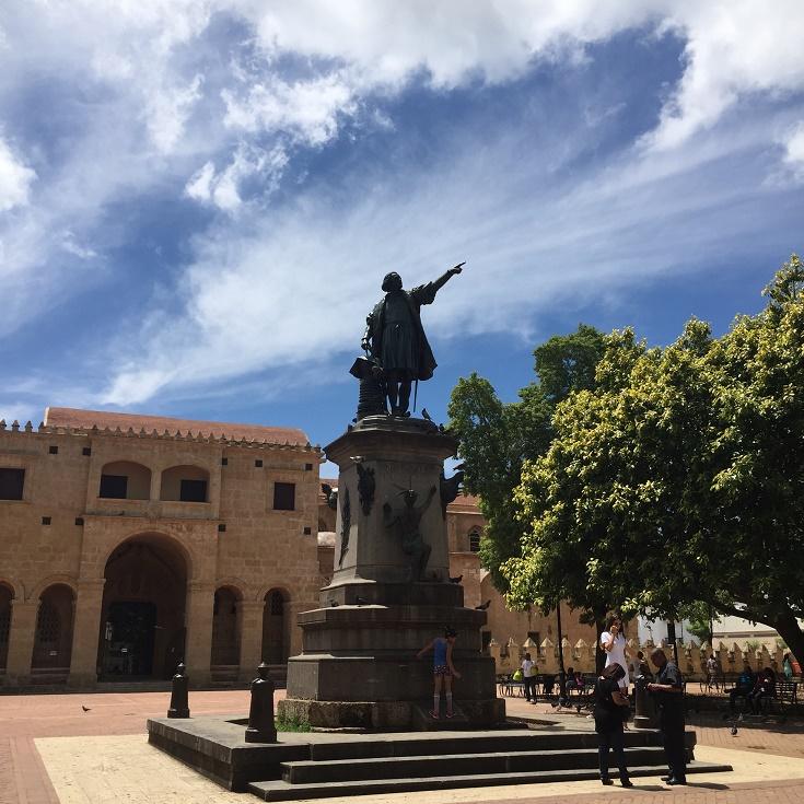 写真・図版 : サントドミンゴ市に立つコロンブスの像