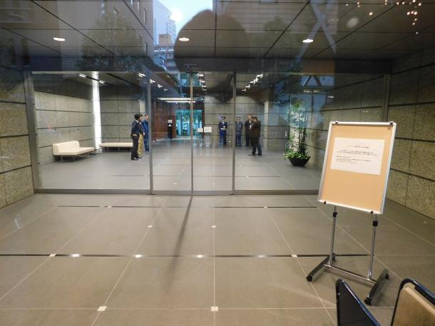 コインチェック本社が入るビルの玄関。金融庁が立ち入り検査に入った=2月2日午前、東京都渋谷区