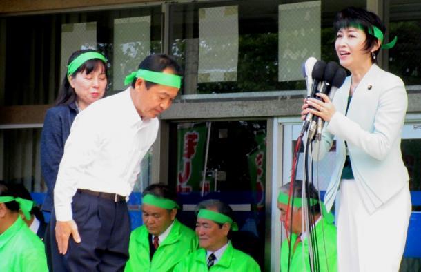 写真・図版 : 渡具知候補の出陣式に訪れた三原じゅん子参議院議員=撮影・筆者