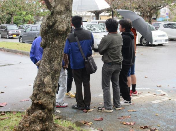 写真・図版 : 選挙運動に加わっていた公明党青年局の若者たち=撮影・筆者