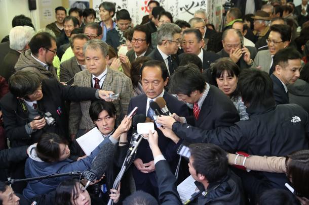 写真・図版 : 当選しインタビューに答える渡具知武豊氏=2月4日、沖縄県名護市