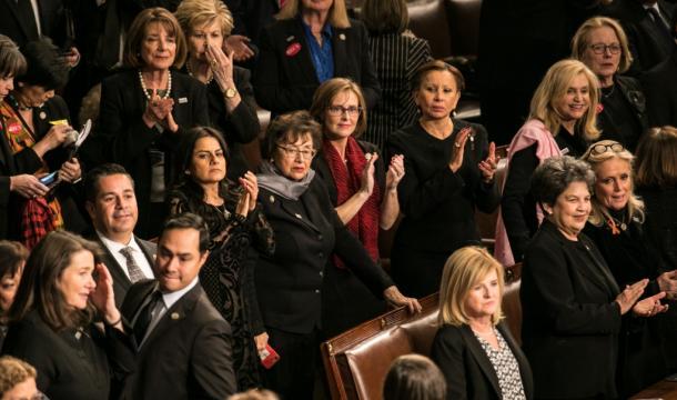 性暴力やセクハラ被害を訴える「#MeToo(私も)」運動への連帯を示すため、黒い服を着てトランプ大統領の一般教書演説に参加した女性議員ら=30日、ワシントン、ランハム裕子撮影