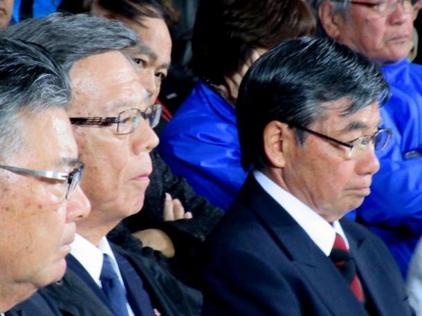 落選が決まった直後の稲嶺前市長 左隣は翁長沖縄県知事 (筆者撮影