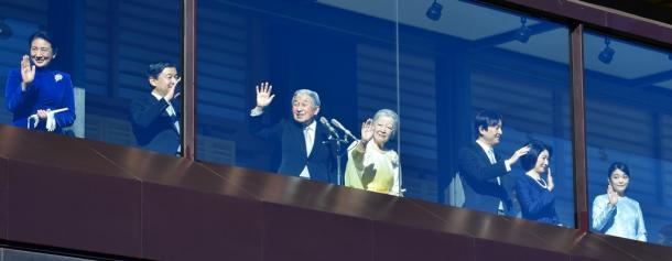 一般参賀に集まった人たちに向かって手を振る天皇、皇后両陛下、皇太子ご夫妻、秋篠宮ご夫妻と長女眞子さま=2日