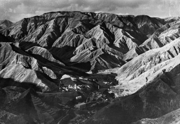 写真・図版 : 足尾銅山の煙害で無残な山肌をさらす松木渓谷=1981年6月ごろ、朝日新聞社ヘリコプターから撮影