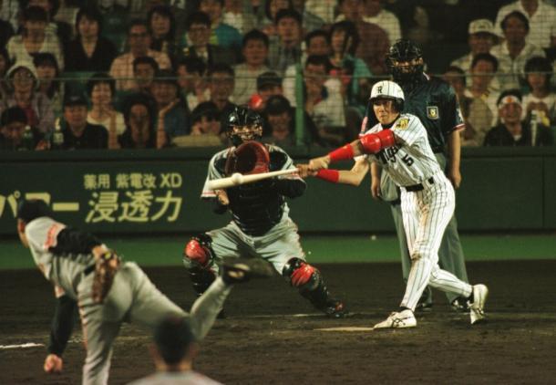 1999年6月、阪神の新庄が巨人戦の十二回に敬遠のボールを左前へサヨナラ安打を放つ。投手槙原