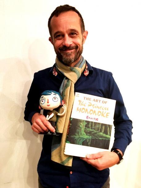 ロード・バラス監督。手にしているのは撮影に使用されたズッキーニの人形と叶のプレゼント『ジ・アート・オブ もののけ姫』(徳間書店)。(撮影/叶)
