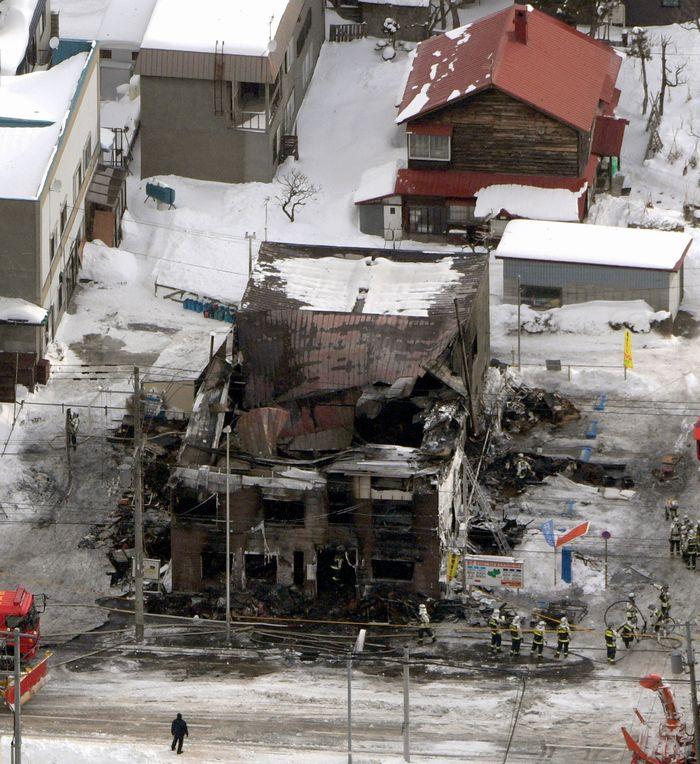 写真・図版 : 火災で11人が亡くなった共同住宅=2月1日、札幌市東区