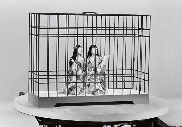 巨大な鳥かごを作ってふたりが閉じ込められた映像に。映画「大怪獣モスラ」撮影の一コマ.