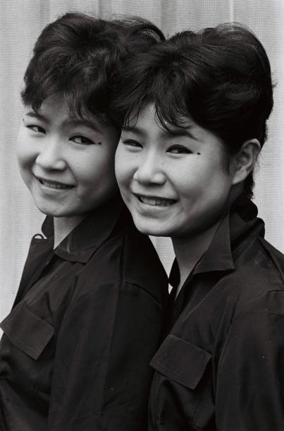 写真・図版 : 左が姉のエミ、右が妹のユミ=1959年
