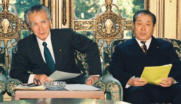 関係閣僚会議に出席した村山富市首相(左)、野中広務国家公安委員長=1994年11月29日