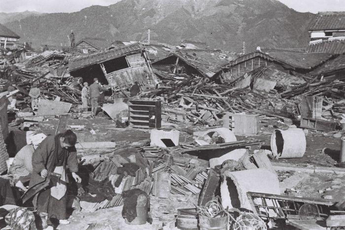 写真・図版 : 昭和の東南海地震の津波で被災した三重県尾鷲市内=太田金典さん撮影、同市提供