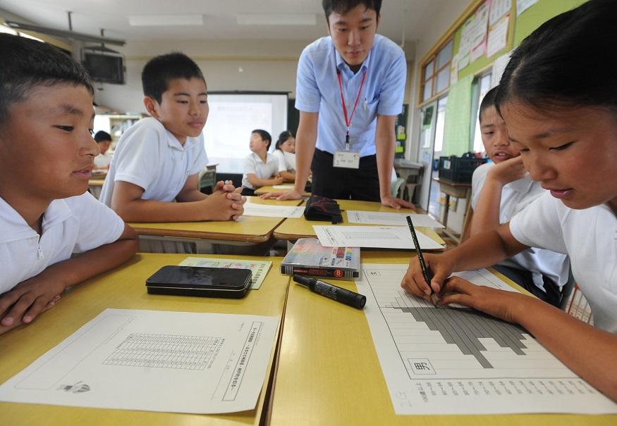 写真・図版 : 小学校の統計の授業の様子