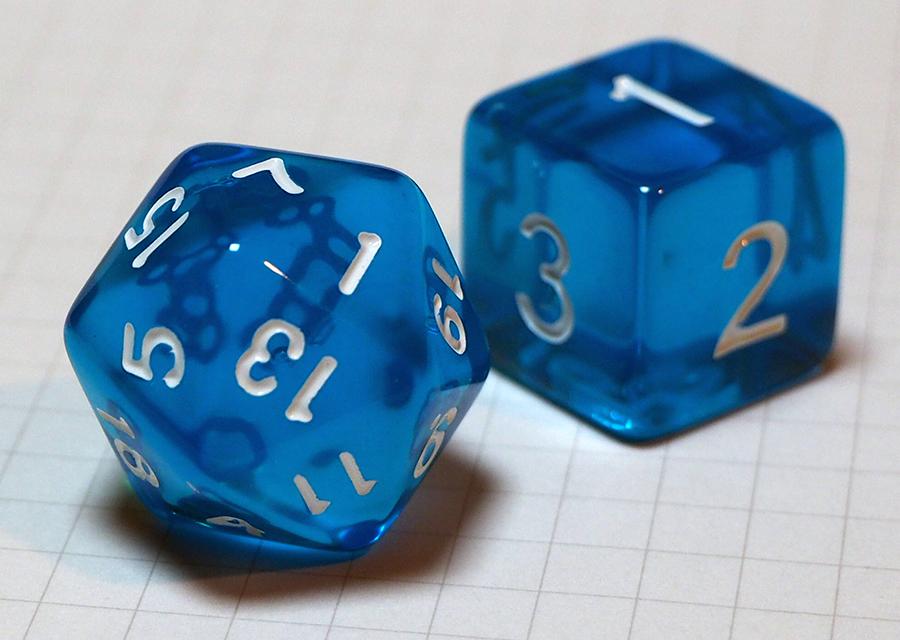 写真・図版 : 普通(立方体)のサイコロと正二十面体サイコロ
