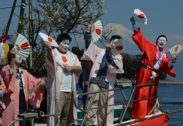 女装した漁師らが大漁旗やこいのぼりで飾り付けた船の上で扇子片手に浮かれて踊る奇祭「大瀬(おせ)まつり」