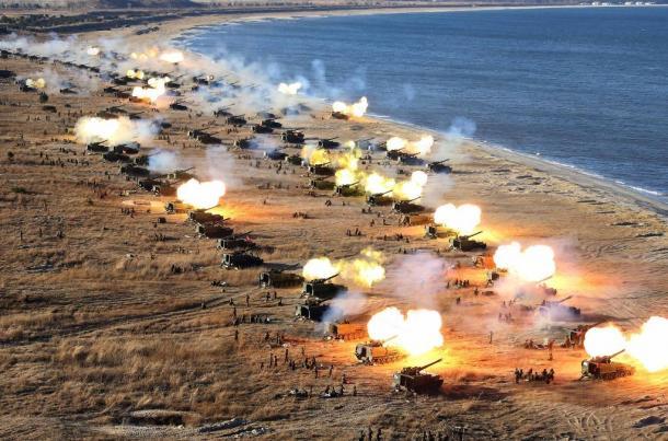 写真・図版 : 韓国の延坪島やソウルなどを攻撃目標にした北朝鮮砲兵隊による砲撃演習=2016年12月1日、朝鮮通信