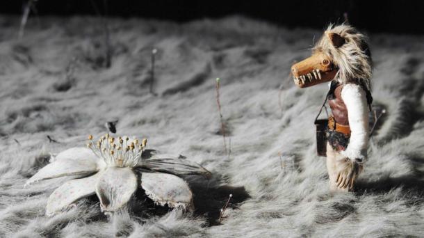 写真・図版 : 『木ノ花ノ咲クヤ森』(2015年、監督・脚本/村田朋泰) 「生と死にまつわる記憶の旅」第1幕。冒頭で能面を付けた翁が舞う。記憶を失った主人公(ウルフ)は2人のハンターから逃れ、自らの記憶を求めて彷徨う (C)TMC