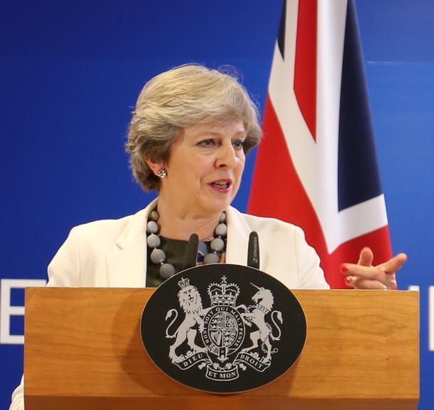 EU首脳会議に出席後、記者会見する英国のメイ首相=2017年10月、ブリュッセル