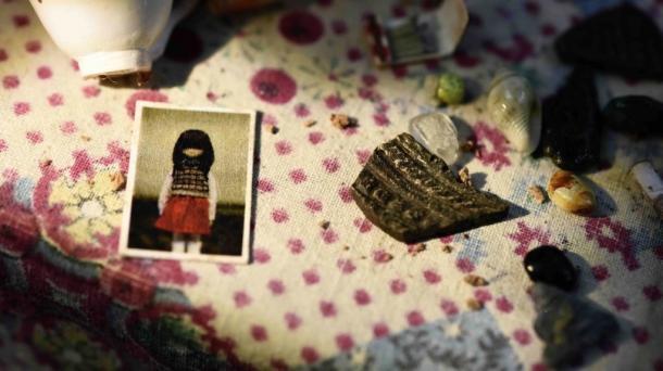 写真・図版 : 『松が枝を結び』(2017年、監督・脚本/村田朋泰) 「生と死にまつわる記憶の旅」第3幕。震災で家の中に散乱した品々と亡くなった少女の写真  (C)TMC