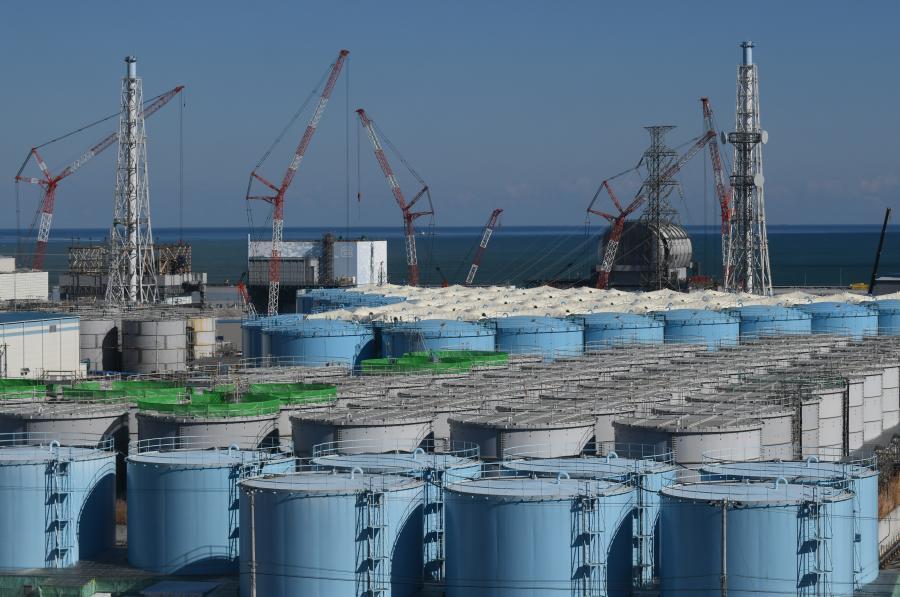 写真・図版 : 福島第一原子力発電所内にたまり続ける汚染水の貯蔵タンク=2018年2月、代表撮影