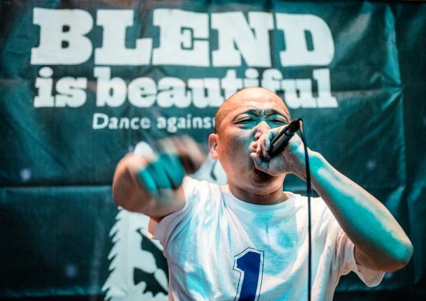 写真・図版 : 多様性を祝うイベント「BLEND is beautifull」出演時のECDさん=2015年11月22日、東京・原宿Galaxy-Gingakei (写真家島崎ろでぃー撮影)