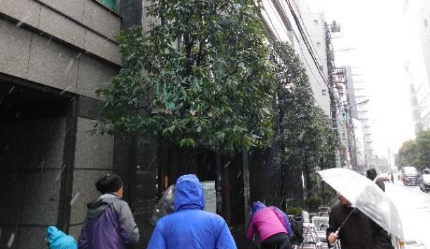 金融庁が立ち入り検査に入ったコインチェック本社が入るビルには、報道陣が多く集まった=2月2日午前、東京都渋谷区