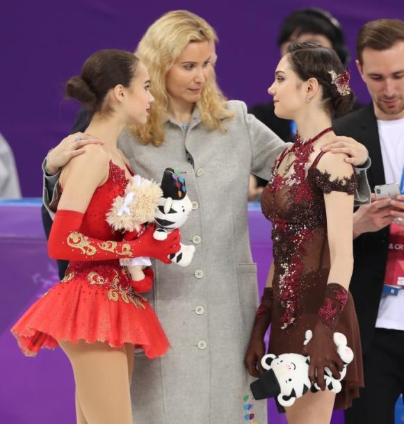 エテリ・トゥトベリゼコーチ(中央)から祝福される、金メダルのアリーナ・ザギトワ(左)と銀メダルのエフゲニア・メドベージェワ