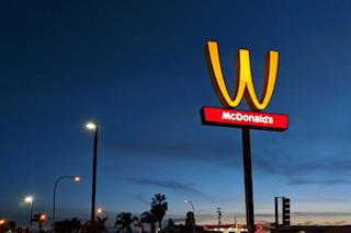国際女性デーに合わせて逆さまになったマクドナルドの「M」=マクドナルド提供.