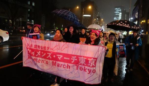 8日の国際女性デーで東京の街を行進する女性たち